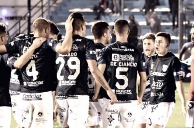 Pitazo final y los jugadores se reúnen en el centro del campo para festejar la victoria que le da alivio al Gasolero. Foto | Prensa Temperley