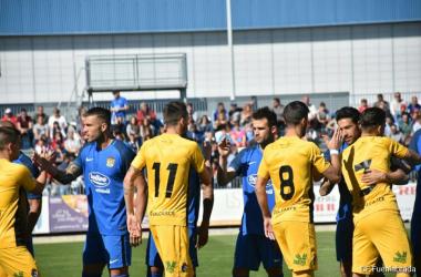 Los jugadores de Deportiva y Fuenlabrada se saludan antes de comenzar el partido.   Foto: CF Fuenlabrada.