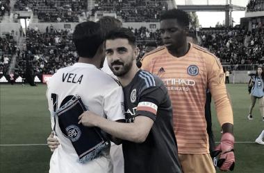 Vela y Villa se saludan antes del partido. / Foto: MLS