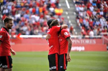 Un emocionado Raíllo celebra su tanto ante la atenta mirada de Àlex López (foto Twitter RCD_Mallorca)