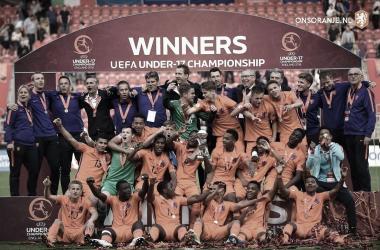 Momento donde la selección de Países Bajos levanta la Copa / OnsOranje
