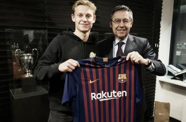 De Jong posó con la elástica del FC Barcelona junto a Bartomeu | Foto: FC Barcelona