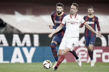 De Jong con la pelota ante Piqué / @SevillaFC (Twitter)