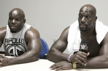 Apollo Crews con Titus. | Foto: WWE