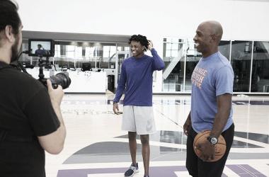 Fox en la pista de entrenamiento de los KIngs junto a Chauncey Billups|Foto: Galería oficial de los Sacramento Kings