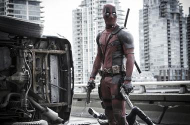 'Deadpool', protagonizada por Ryan Reynolds, entra fuerte en la taquilla estadounidense tras los preestrenos del jueves. Foto: Collider.