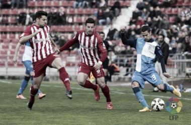 Aday, en el centro, en una jugada entre Granell y Marcos. | Foto: LFP.es.