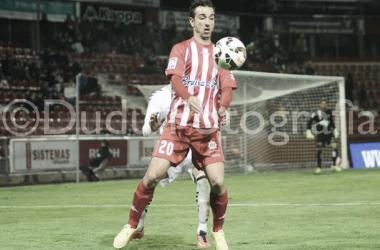 Jandro controla un balón ante la oposición de un rival albaceteño. | Foto: Edu Duran.