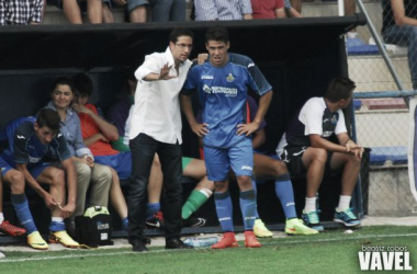 Pablo Franco dando indicaciones a Emi Buendía durante un choque del filial la pasada temporada.