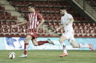 Pere Pons conduce el balón ante la presión de un jugador albaceteño. | Foto: Edu Duran.