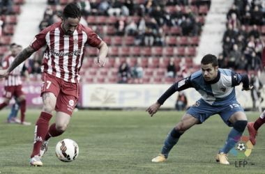 Richy controla el balón ante la mirada de Marcos, del Sabadell. | Foto: LFP.es.
