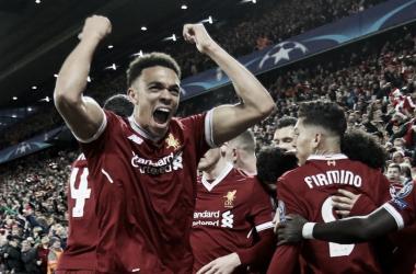 Alexander-Arnold celebra con los aficionados uno de los tantos de su equipo| FOTO: Liverpool