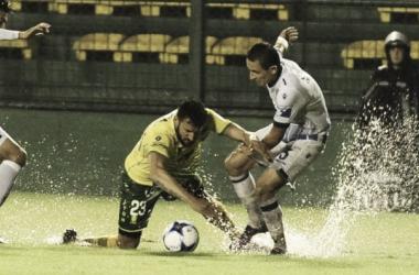 Jonás Gutiérrez disputando la pelota con Marcelo Benítez. Foto: Clarín