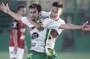 Ciro Rius y Nicolás Fernández festejan el primer gol de Defensa. Foto: Diario Panorama.