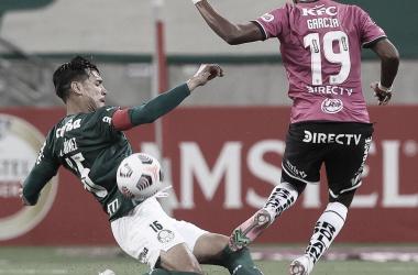 Gustavo Gómez disputa bola com Garcia, na primeira partida entre Palmeiras e del Valle pela Libertadores (Divulgação/Palmeiras)