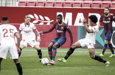 Ousmane Dembélé junto a Joules Koundé y Papu Gómez. | Imagen: @FCBarcelona_es