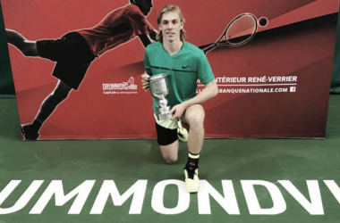Denis Shapovalov poseswith the National Bank Challenger trophy after defeating Ruben Bemelmans to winthe 2017Drummondville National Bank Challenger. | Photo courtesy of Tennis Canada