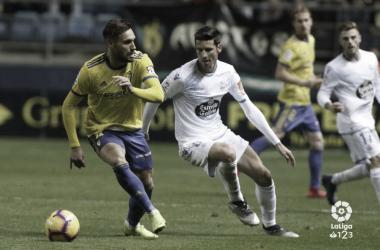 Correa protegiendo el esférico ante la presión de un rival deportivo / LaLiga