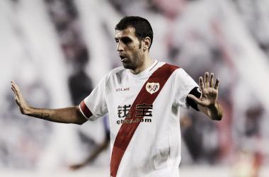 Roberto Trashorras con la camiseta del Rayo Vallecano y el brazalete de capitán | Fotografía: Rayo Vallecano