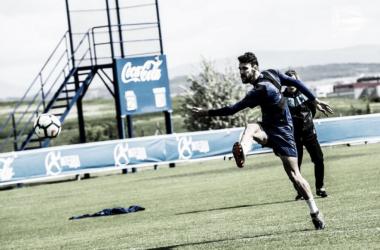 Pedraza chuta el balón en Ibaia. Fotografía: Deportivo Alavés