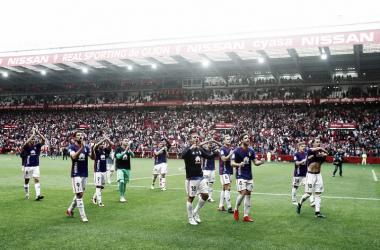 Los jugadores azules se dirigen a celebrar el empate con la afición | Imagen: Real Oviedo