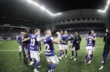 Jugadores en el césped celebrando la victoria en el derbi   Imagen: Real Oviedo