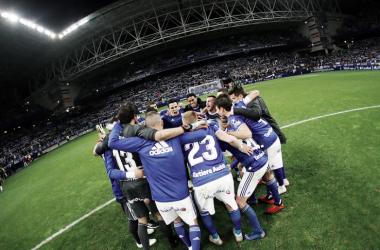 La plantilla celebra la victoria en el derbi | Imagen: Real Oviedo