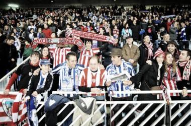 Aficionados de la Real Sociedad y el Athletic Club de Bilbao en las gradas de Anoeta. (Fuente:internadaporlaizquierda.files.wordpress.com)