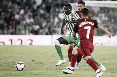 William Carvalho luchando por el esférico en el encuentro que enfrentó a Betis y Sevilla en el Benito Villamarín.Fuente: Real Betis Oficial