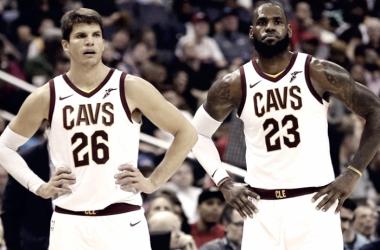 Kyle Korver (26) y LeBron James (23) los grandes responsables de la victoria de Cleveland anoche ante Atlanta.   Foto: TN8