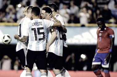 Todos los abrazos son para Messi y Lanzini (15) se acerca a felicitarlo. El hombre del Barcelona fue la figura de la noche. Foto: Diario Uno