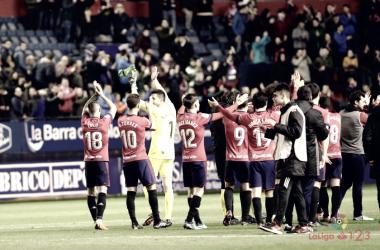 Los jugadores agradecen a la afición su apoyo en el encuentro frente al Oviedo. Foto: La Liga 123