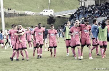 La plantilla celebrando el pase a la segunda ronda por primera vez en la historia del club|Foto: CF Fuenlabrada