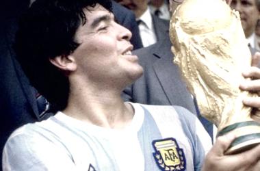 Maradona levantando uno de sus mejores trofeos en su exitosa trayectoria.