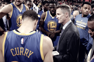 Kerr dándole indicaciones a su equipo. Foto: NBA
