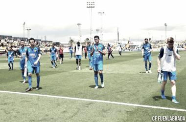 Los jugadores, tras ser eliminados, acercándose a la afición desplazada hasta Villarreal|Foto: CF Fuenlabrada