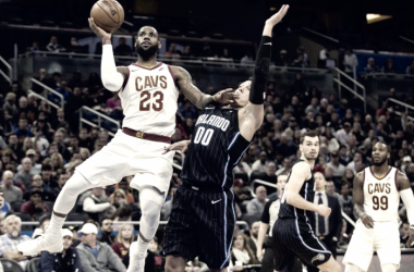 LeBron James (23) atacando el aro ante la defensa de Aaron Gordon (00). | Foto: The Edwardsville Intelligencer
