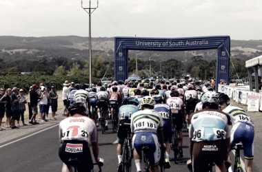 El pelotón rodando por tierras australianas |Fuente: Página Oficial Santos Tour Down Under