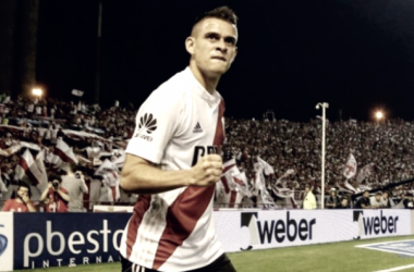 Santos Borré grita el único gol de la noche como toda la hinchada de River en el fondo.Foto: Twitter River Plate