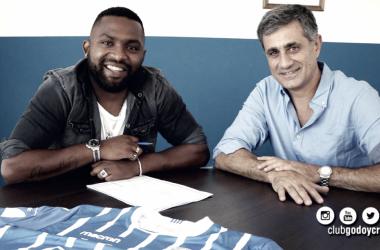"""El """"Morro"""" (izquierda) acompañado de José Mansur (derecha) en la mañana del jueves cuando firmó su nuevo contrato."""