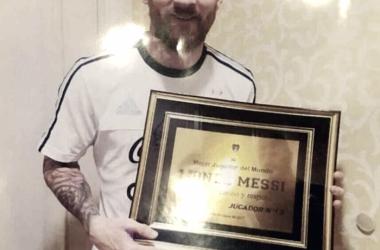 Messi con el regalo de la 12. Foto: Clarín