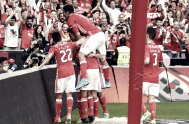 Los jugadores festejan uno de los goles con su afición | Foto: SL Benfica