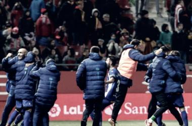 Cuerpo técnico y jugadores celebran el tercer gol de Ibai Fotografía: LaLiga
