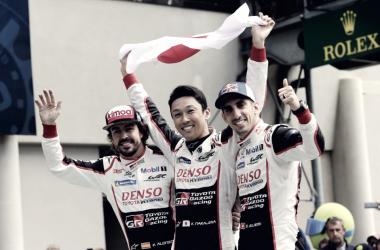 Alonso celebra la victoria con sus compañeros. Foto: 24 horas de Le Mans