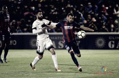 Michael Santos pugna un balón. Foto: La Liga