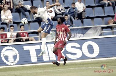 Lass luchando un balón en el partido disputado entre el Tenerife y Almería | Fuente: LaLiga