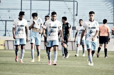 Los jugadores caminan rumbo al vestuario con la cabeza gacha, otra nueva derrota que los sigue acechando. Foto | Prensa Temperley - Mauro Rey