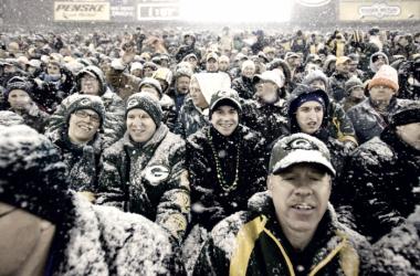 Aficionados de los Packers durante una de las habituales nevadas en Lambeau Field. Fuente: NFL