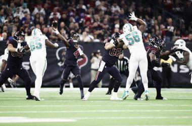 Deshaun Watson lanzando el balón (foto Houston Texans)