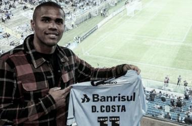 Douglas Costa em visita à Arena em 2018 (Divulgação/Grêmio)